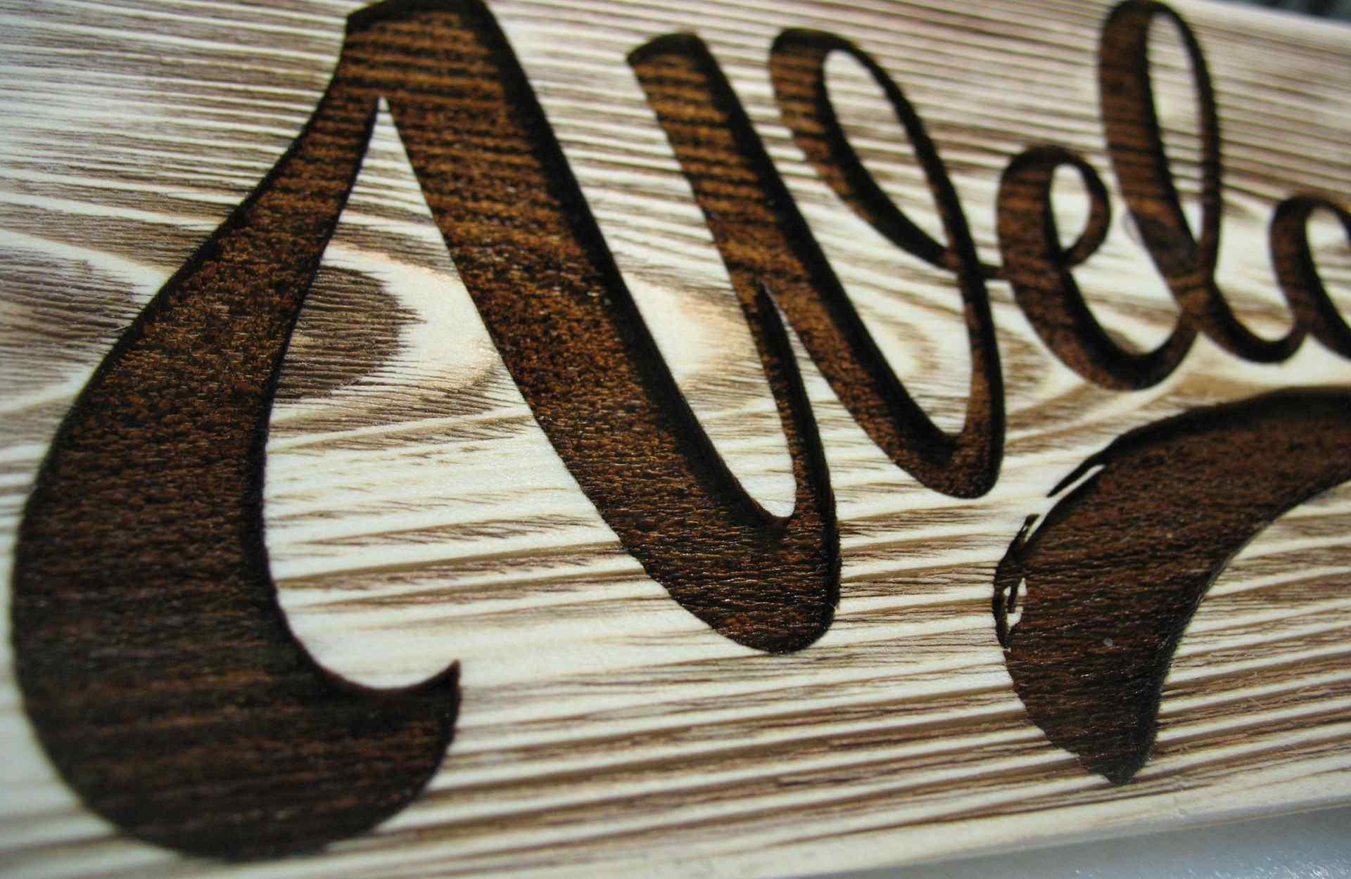 Деревянная вывеска с гравировкой